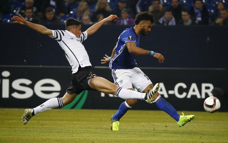 Soccer Football - Schalke 04 v PAOK - UEFA Europa League Round of 32 Second Leg - Veltins-Arena, Gelsenkirchen, Germany - 22/2/17 PAOK's Achilleas Poungouras in action with Schalke's Eric Maxim Choupo-Moting  Reuters / Wolfgang Rattay Livepic