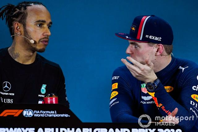 """Pole man Lewis Hamilton, Mercedes AMG F1, e Max Verstappen, Red Bull Racing, in conferenza stampa dopo le qualifiche <span class=""""copyright"""">Gareth Harford / Motorsport Images</span>"""
