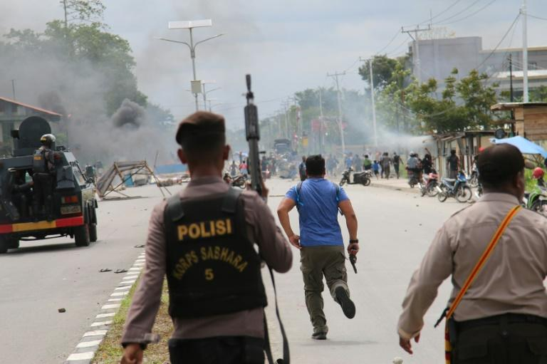 Indonesian policemen disperse protesters in Timika (AFP Photo/SEVIANTO PAKIDING)