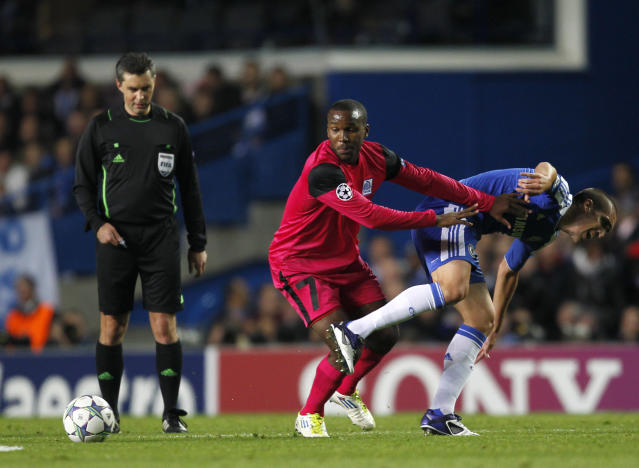 Genk's Khaleem Hyland (C) vies with Chelsea's Spanish player Oriol Romeu (R) during their UEFA Champions League, Group E, football match between at Stamford Bridge in London on October 19, 2011. AFP PHOTO / IAN KINGTON (Photo credit should read IAN KINGTON/AFP/Getty Images)