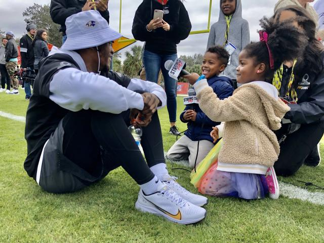 Ravens quarterback Lamar Jackson chats with young reporters after a Pro Bowl practice. (Patrick Gleason/Twitter)