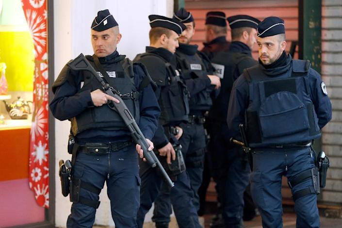 French security forces stand guard outside the Jewish Community Center in Nice, where three soldiers were attacked by a knife-wielding assailant on February 3, 2015 (AFP Photo/Valery Hache)