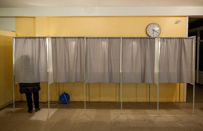 A woman fills out her ballot papers in a polling station during a parliamentary election in Tallinn on March 1, 2015 (AFP Photo/Raigo Pajula)