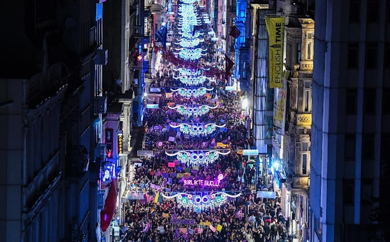 Thousands of people march down Istiklal Avenue to mark International Women's Day in Istanbul on March 8, 2017 (AFP Photo/BULENT KILIC)