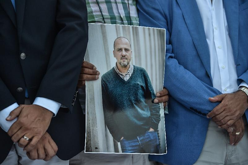 A picture of jailed investigative journalist Ahmet Sik, who has been in prison for 360 days (AFP Photo/OZAN KOSE)