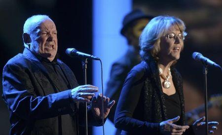British singer Joe Cocker performs with Jennifer Warnes (R) after receiving the trophy for Category ' lifetime achievement award music' during the 48th Golden Camera award ceremony in Berlin, February 2, 2013.  REUTERS/Maurizio Gambarini/Pool