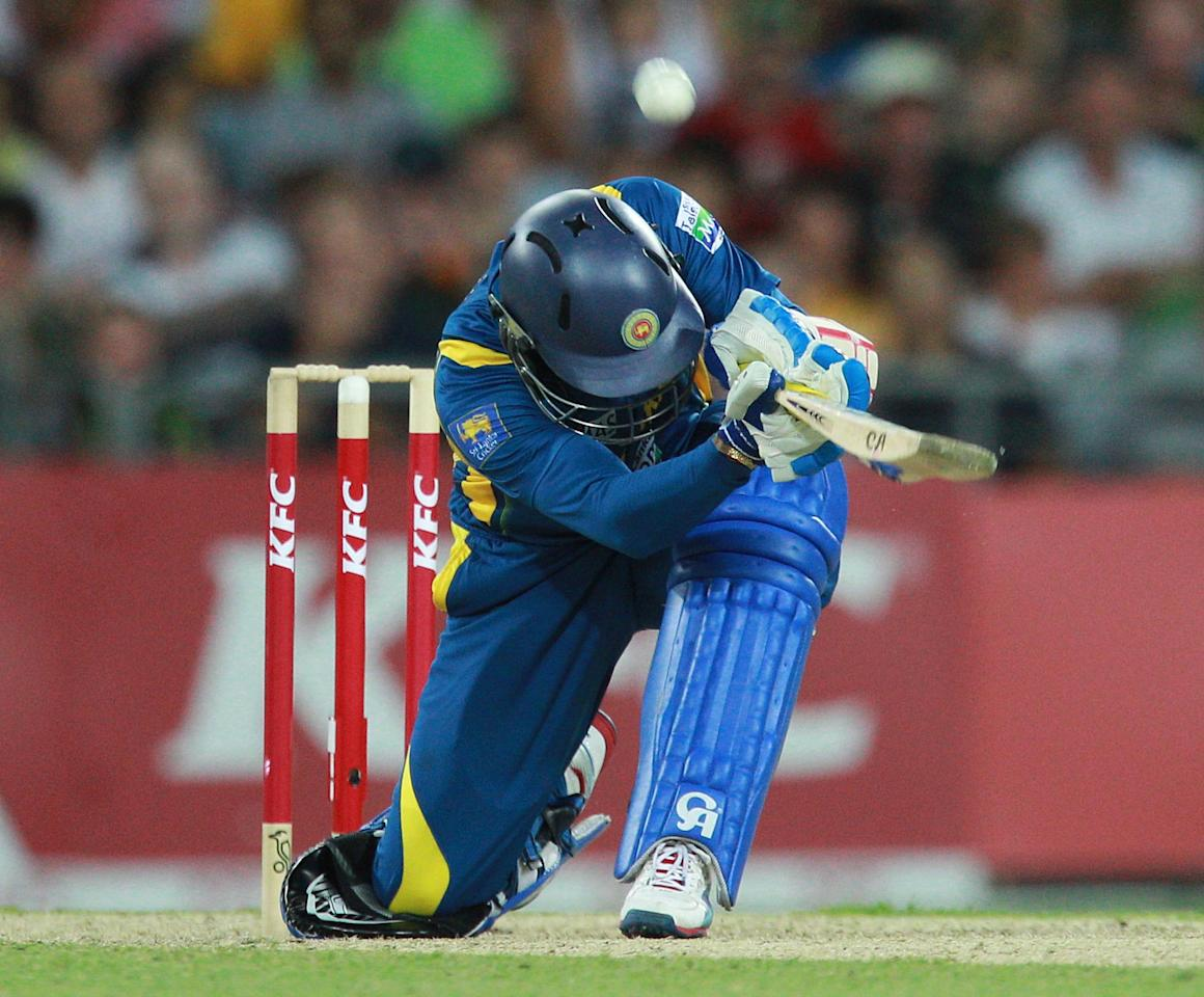 SYDNEY, AUSTRALIA - JANUARY 26: Tillakaratne Dilshan scoops the ball over his head for 6 runs during game one of the Twenty20 international match between Australia and Sri Lanka at ANZ Stadium on January 26, 2013 in Sydney, Australia.  (Photo by Craig Golding/Getty Images)