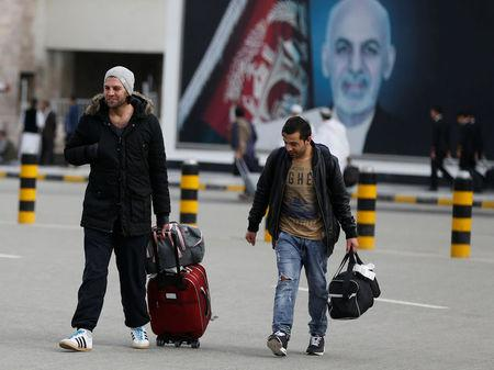 Afghans, whose asylum applications have been rejected, arrive from Germany in Kabul airport, Afghanistan March 28, 2017.  REUTERS/Omar Sobhani