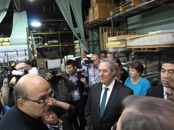 US Trade Representative Michael Froman(C) takes a break from negotiations on the Trans-Pacific Partnership trade treaty in Atlanta, Georgia to visit the Colgate mattress factory on October 1, 2015 (AFP Photo/Paul Handley)