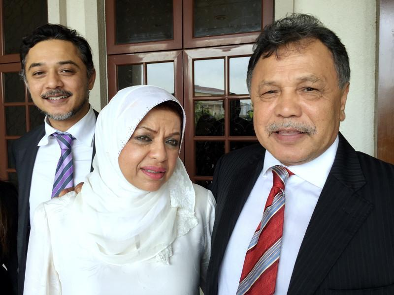 National Feedlot Corporation chairman Datuk Mohamad Salleh Ismail (right) is seen with his wife Tan Sri Shahrizat Abdul Jalil outside the Sessions Court in Kuala Lumpur in this file picture taken on November 28, 2015. — Bernama pic