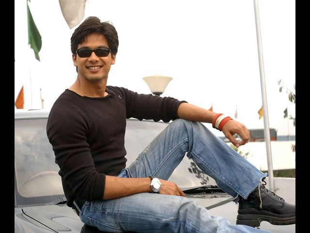 <b>5. Shahid Kapoor</b><br>From being the chocolate boy of Bollywood to being 'Sexy Shahid' with those drool-worthy abs, Shahid has remained true to his personality which reflects in his style. His dressing sense is all about comfort fashion.