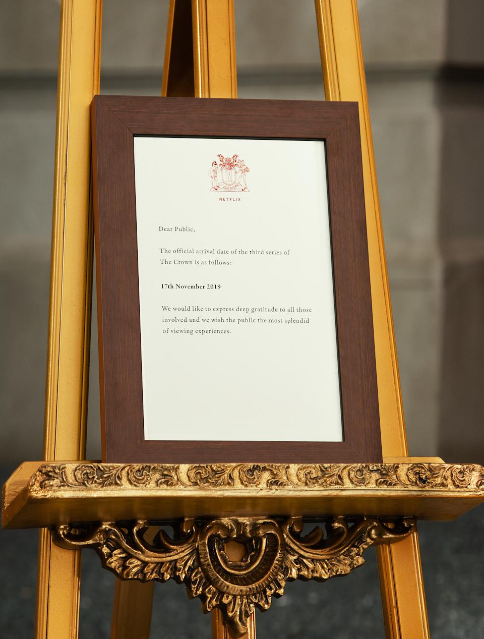The Royal Family shares important announcements on an easel outside Buckingham Palace. (Netflix)