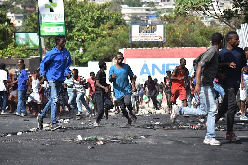 Residents and looters flee when Haitian police arrive in Delmas, a commune near Port-au-Prince, Haiti (AFP Photo/HECTOR RETAMAL)