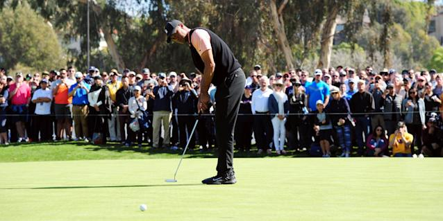 With a 24-foot, 8-inch putt to start the round, and a subtle flick of the wrist at No. 8, Tiger Woods paid tribute to Kobe Bryant on Thursday.