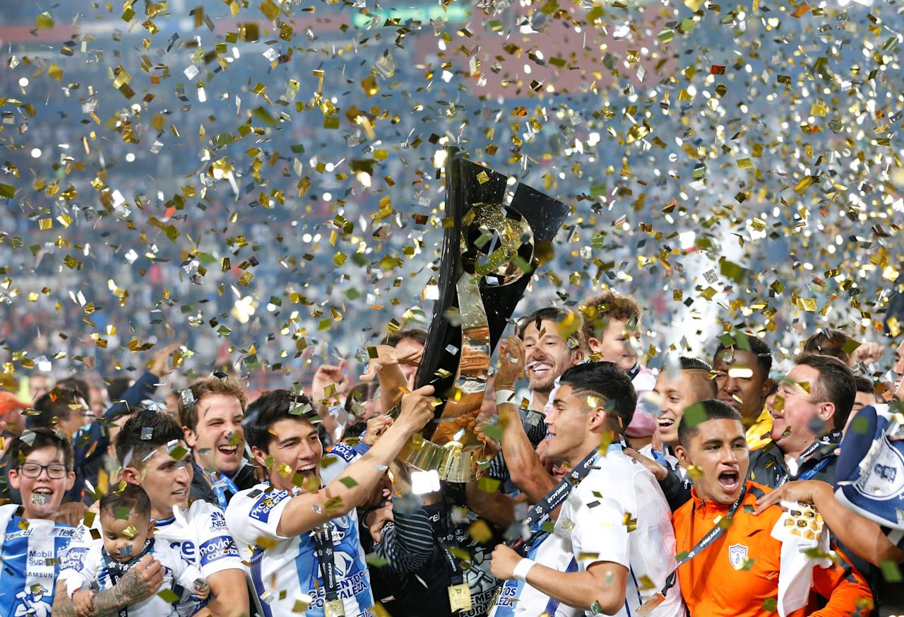 Soccer Football - CONCACAF Champions League - Mexico's Pachuca v Mexico's Tigres - Second leg of CONCACAF Champions Cup final soccer match - Hidalgo stadium, Pachuca, Mexico, 26/04/2017. Mexico's Pachuca players hold up the trophy after winning the CONCACAF Champions Cup against Tigres. Picture taken April 26, 2017. REUTERS/Henry Romero