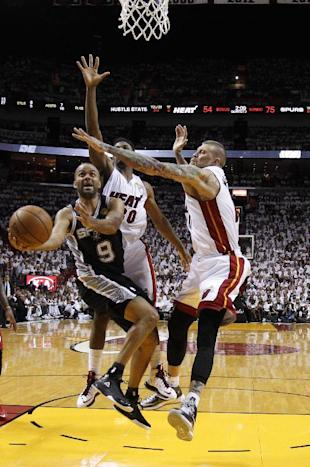 Tony Parker drives through Chris Andersen and Udonis Haslem. (AP/Wilfredo Lee)