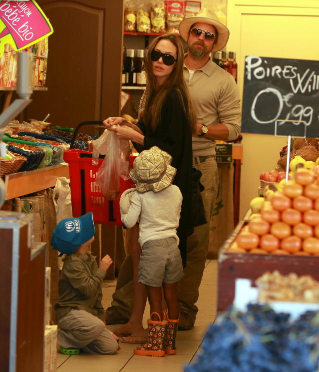 Angelina Jolie and Brad Pitt grocery-shopping in France on Sept. 21, 2009. (Photo: X17online.com)