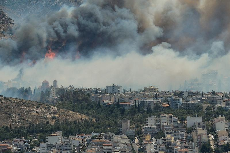 Smoke billows over Athens on July 17, 2015 as firefighters battled a brush fire in northeast of the city and another wildfire in the southern Pelopponese peninsula that prompted the evacuation of five villages (AFP Photo/Andreas Solaro)