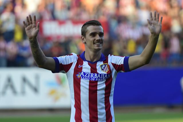 France international and new Atletico de Madrid forward Antoine Griezmann waves to fans during his presentation at the Vicente Calderon stadium in Madrid on July 31, 2014 (AFP Photo/Javier Soriano)