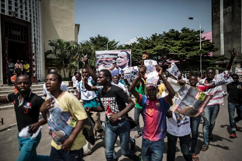 Supporters of independent presidential candidate Jean-Marie Michel Mokoko march in the street during an electoral rally in Brazzaville on March 23, 2016 (AFP Photo/Marco Longari)