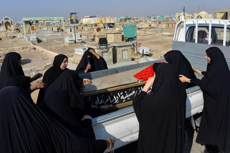Iraqi women mourn for a demonstrator who was killed the previous day in anti-government protests in during his funeral (AFP Photo/-)