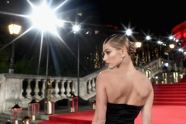 <p>Baby's got back! The model stunned as she posed for the flashbulbs at the Fashion Awards 2017. (Photo: Gareth Cattermole/BFC/Getty Images for BFC) </p>