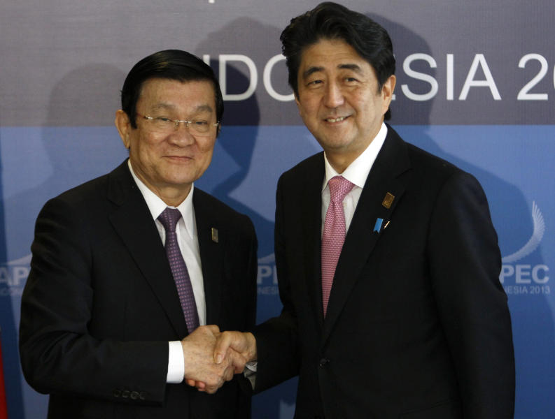 Japanese Prime Minister Shinzo Abe, right, and Vietnamese President Truong Tan Sang pose for photographers prior to their bilateral meeting on the sidelines of the Asia-Pacific Economic Cooperation (APEC) summit in Bali, Indonesia, Monday, Oct. 7, 2013 (AP Photo/Edgar Su, Pool)