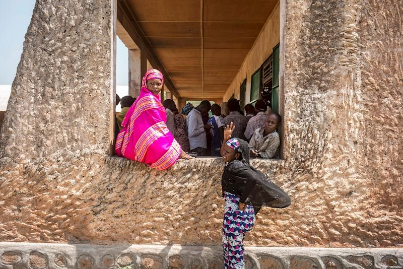 Voters queue at the polling station at the Koudoukou school in the flashpoint PK5 district in Bangui on December 14, 2015 (AFP Photo/Marco Longari)