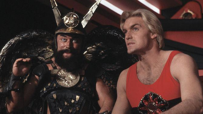Brian Blessed como el Príncipe Vultan y Sam J. Jones como el protagonista de Flash Gordon. (Imagen: Universal Pictures)