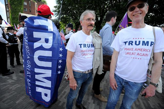 <p>Pro-Trump demonstrators gather outside the U.S. Embassy in London, July 14, 2018. (Photo: Finbarr Webster/REX/Shutterstock) </p>