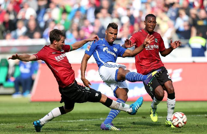 Schalke's Cameroonian striker Eric Maxim Choupo-Moting (C) vies with Hanover's defender Christian Schulz (L) and Brazilian defender Marcelo (R) during the German first division Bundesliga football match at HDI-Arena on August 23, 2014 (AFP Photo/Ronny Hartmann)
