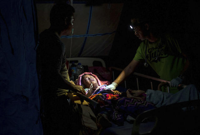 <p>A doctor examines children injured in the earthquake at a makeshift hospital in Tanjung on Lombok Island, Indonesia, Monday, Aug. 6, 2018. (Photo: Fauzy Chaniago/AP) </p>