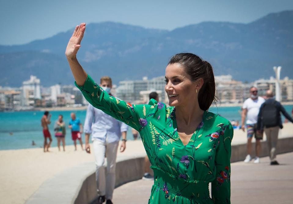 Spain´s Queen Letizia wavea during a walk at Palma Beach in Palma de Mallorca on June 25, 2020, part of the royal couple´s national tour after the national lockdown to stop the spread of the novel coronavirus was lifted. (Photo by JAIME REINA / AFP) (Photo by JAIME REINA/AFP via Getty Images)