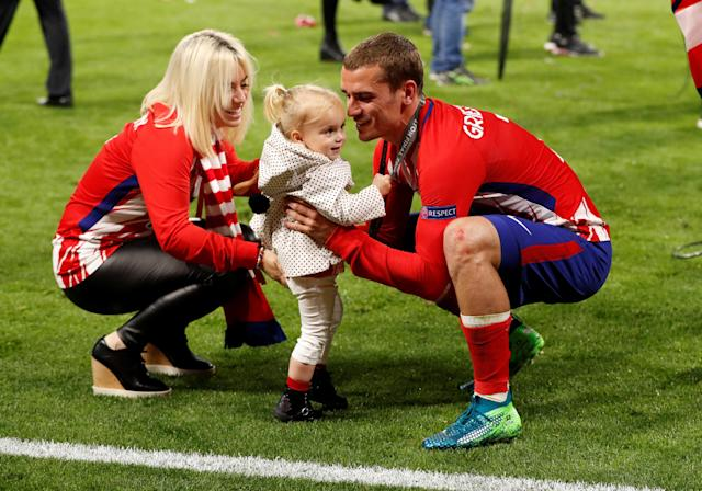 Soccer Football - Europa League Final - Olympique de Marseille vs Atletico Madrid - Groupama Stadium, Lyon, France - May 16, 2018 Atletico Madrid's Antoine Griezmann celebrates with child after winning the Europa league REUTERS/John Sibley