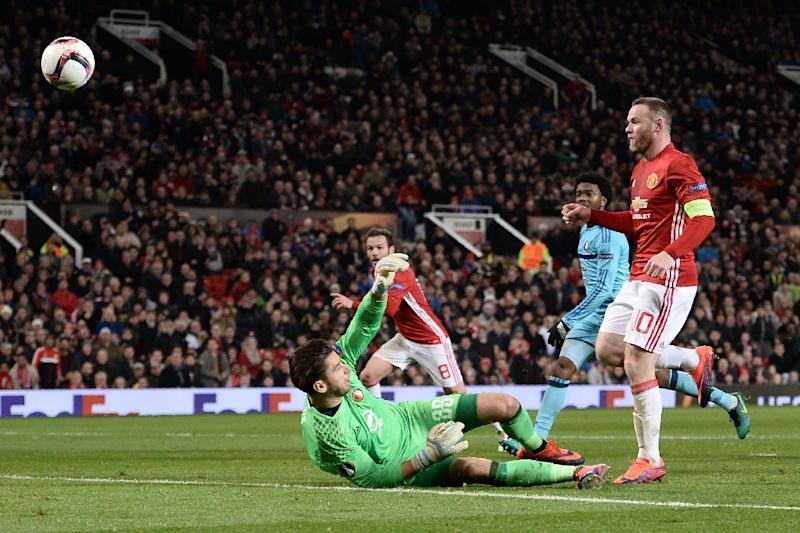 Manchester United's English striker Wayne Rooney (R) chips the ball over Feyenoord's Australian goalkeeper Brad Jones (L) to score the opening goal at Old Trafford stadium in Manchester, north-west England, on November 24, 2016 (AFP Photo/Oli Scarff)