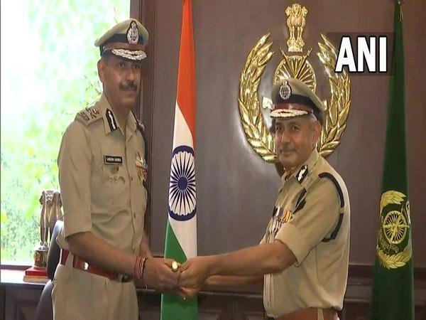 New DG, ITBP  Sanjay Arora with Outgoing ITBP DG SS Deswal (Photo/ANI)