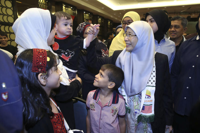 Datuk Seri Dr Wan Azizah Wan Ismail greets Amir Mahmoud Shakfa, as his mother Suheir Shakfa looks on, during a National Welfare Foundation fundraising event for Palestinians in Putrajaya September 8, 2018. — Picture by Yusof Mat Isa