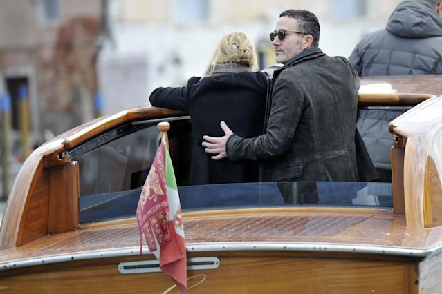 Anna Faris and Michael Barrett aboard a water taxi in Italy. (Photo: Splash News)
