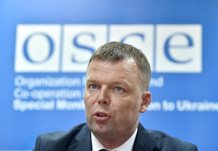 Alexander Hug, the deputy head of the OSCE monitoring mission in Ukraine, speaks during a press-conference in Kiev on April 23, 2017 (AFP Photo/Sergei SUPINSKY )