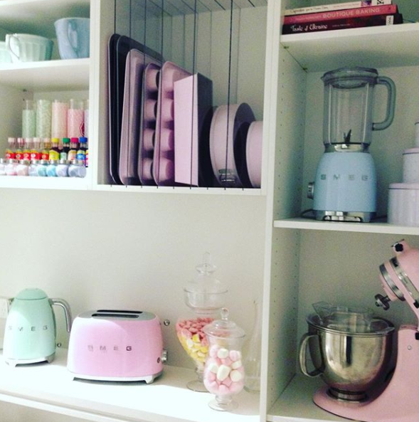 Iryna's accessories are all perfectly matching in pastel hues. Photo: Instagram/irynafederico