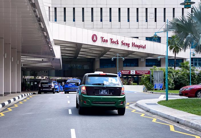 Entrance to Tan Tock Seng hospital; building exterior. Taxis arriving at the hospital. (PHOTO: Getty)