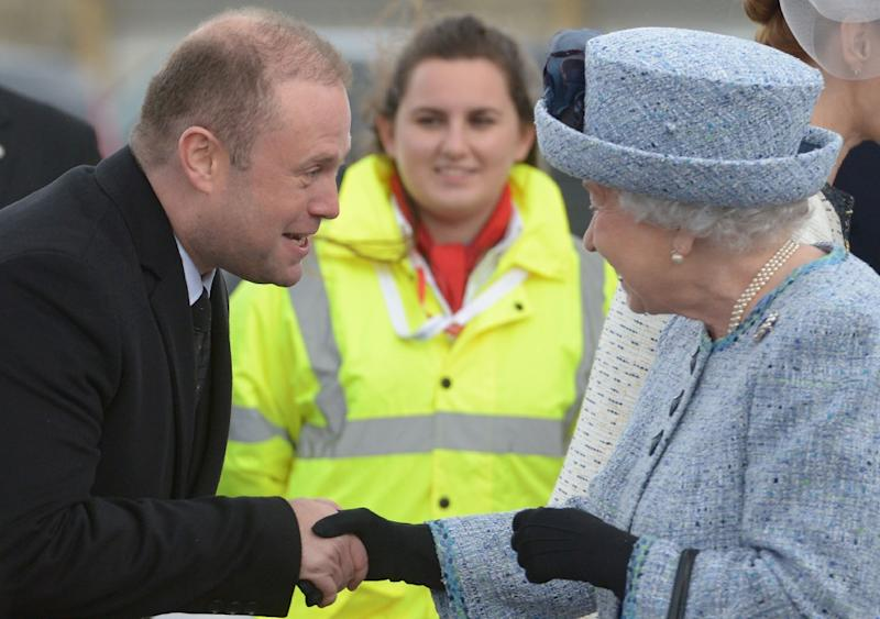 Queen Elizabeth II (R) is welcomed by Malta's Prime Minister Joseph Muscat on her arrival on the island on November 26, 2015 (AFP Photo/Matthew Mirabelli)