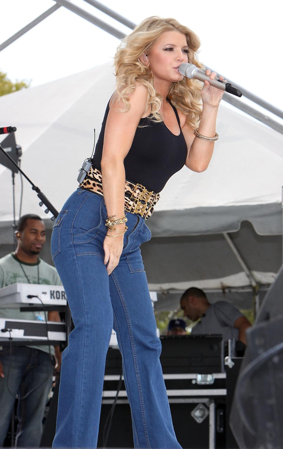 PEMBROKE PINES, FL - JANUARY 25:  Singer Jessica Simpson performs at the 99.9 Kiss Country 24th Annual Chili Cook Off at CB Smith Park on January 25, 2009 in Pembroke Pines, Florida. (Photo by Logan Fazio/Getty Images)