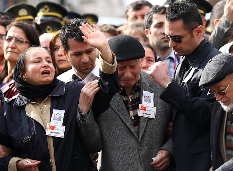Family members mourn during a funeral for the victims of the February 17 car bombing, at Kocatepe Mosque in Ankara on February 19, 2016 (AFP Photo/Adem Altan)