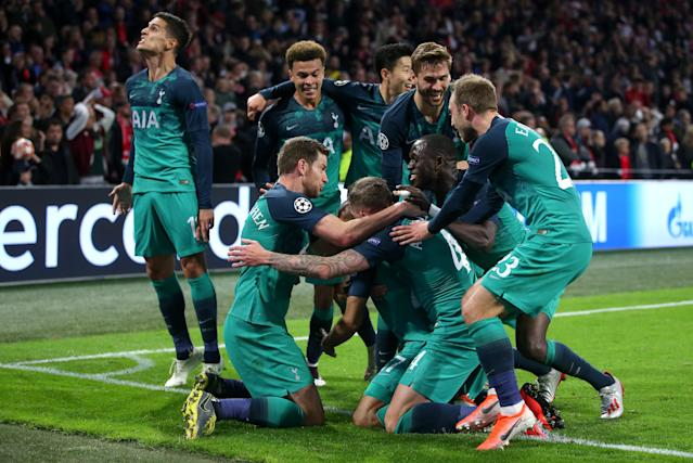 Spurs players celebrate Moura's third moments before full-time