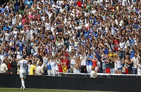 Gareth Bale of Wales is welcomed by Real Madrid's fans at the Santiago Bernabeu stadium in Madrid, September 2, 2013. REUTERS/Paul Hanna