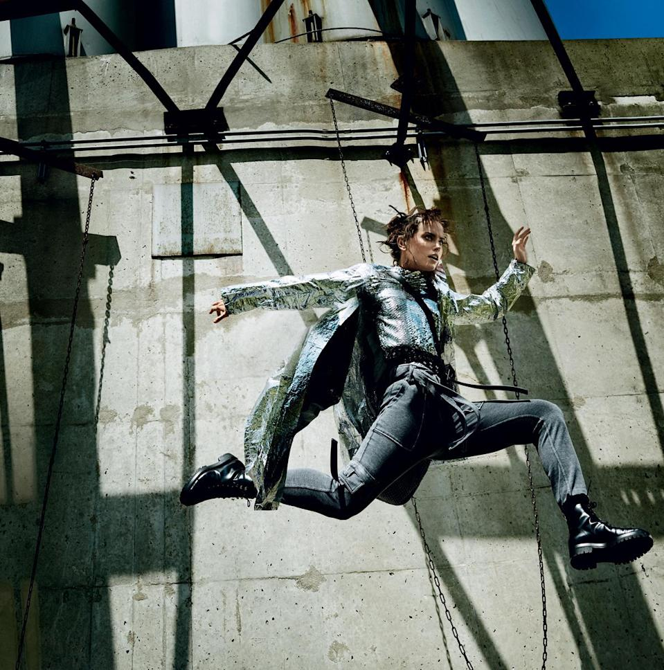 Ridley flying high. (Photo: Mario Testino for Vogue Magazine)