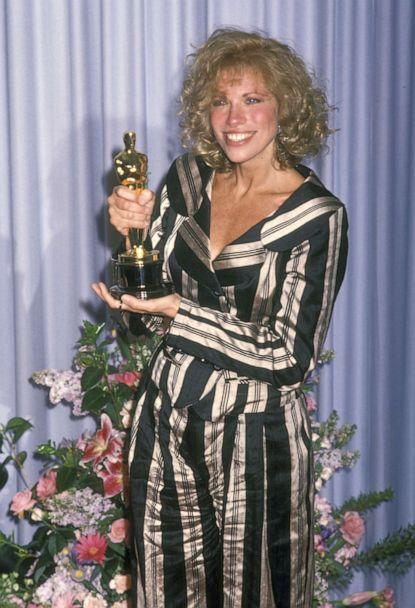 PHOTO: Carly Simon attends the 61st Annual Academy Awards, March 29, 1989, at Shrine Auditorium in Los Angeles. (Ron Galella Collection via Getty Images)