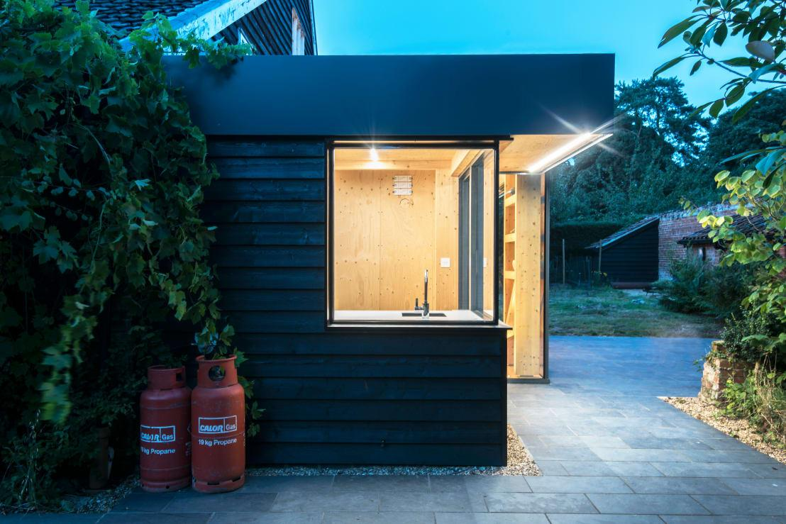 """<p>A frameless corner window forms part of the design and provides both light and garden views for the plywood-lined utility room.</p><p>Need that expert interior (or exterior) look? Check out our range of<a rel=""""nofollow"""" href=""""https://www.homify.co.uk/professionals"""">professionals</a>.</p>  Credits: homify / Thomas & Spiers Architects"""