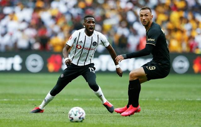 Fortune Makaringe (L) of Orlando Pirates and Samir Nurkovic of Kaizer Chiefs eye possession during a South African Premiership match in Soweto last month that drew a 90,000 crowd (AFP Photo/Phill Magakoe)